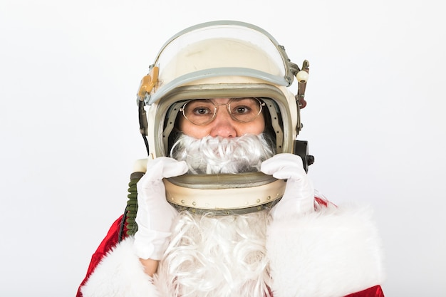 Санта-клаус в шлеме космонавта на белом фоне