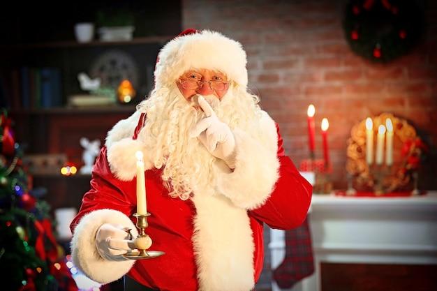 キャンドルクリスマスインテリア背景とサンタクロース