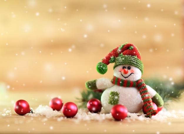明るい背景にクリスマスボールとサンタクロース