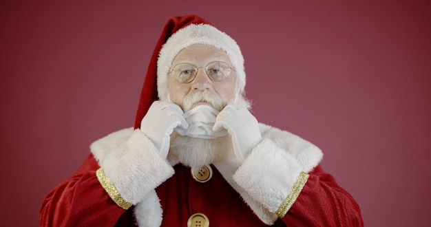코비드-19를 가진 산타클로스, 보호용 안면 마스크를 쓰고 있습니다. 2020년 크리스마스. 팬데믹