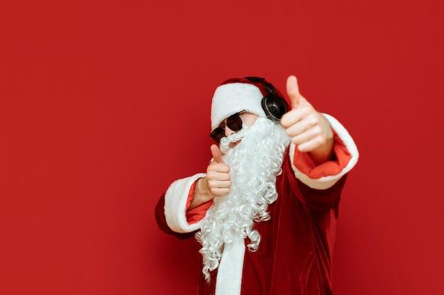 Санта-клаус с наушниками