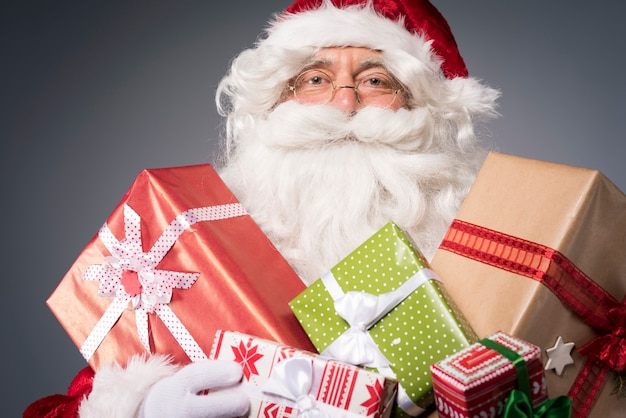 Babbo natale con tante scatole regalo