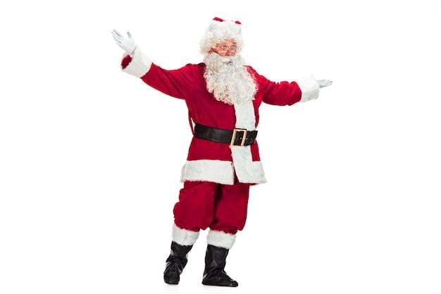 Babbo natale con una lussuosa barba bianca, cappello di babbo natale e un costume rosso isolato su uno sfondo bianco
