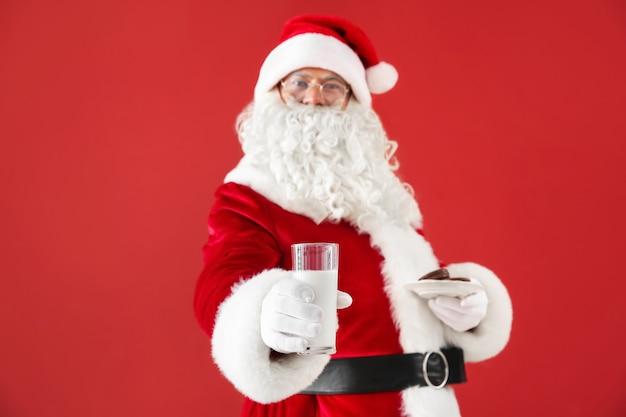 サンタ クロースとミルクと赤のクッキー
