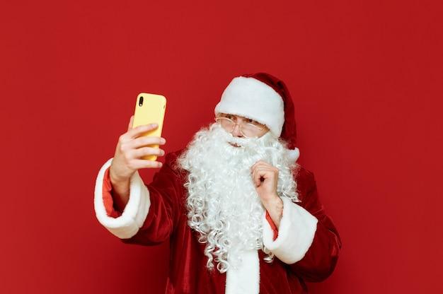 Санта-клаус с мобильным телефоном