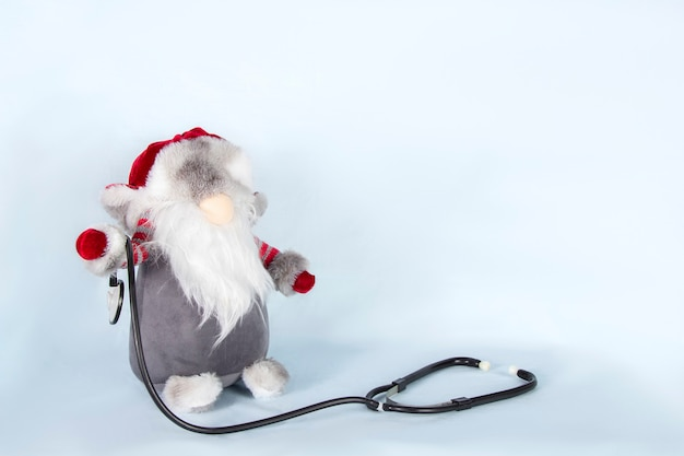 Санта-клаус со стетоскопом на фоне огней