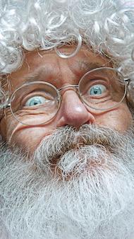 Санта-клаус с удивленным выражением лица.