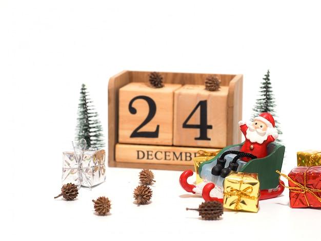 クリスマスを待っているそりに座っているサンタクロース