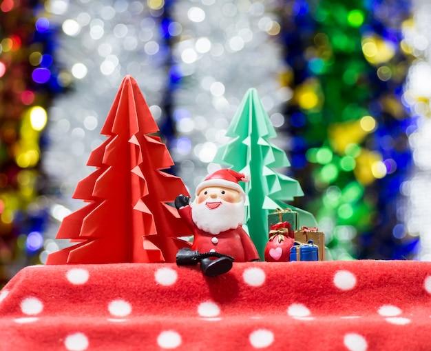 クリスマスプレゼントと一緒に座っているサンタ句