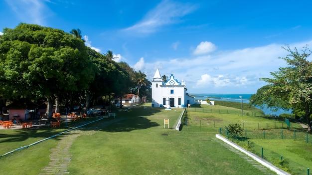 Santa cruz cabralia, bahia-brazil- 2021 년 1 월경 : bahia 남쪽에있는 santa cruz cabralia시에있는 성모 마리아 교회의 공중보기