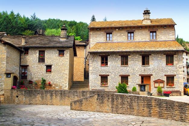 Площадь санта-крус-серос пиренесская деревня камень