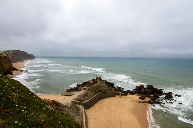 Благоустраивайте взгляд красивого пляжа santa cruz, расположенного в torres vedras, португалия.