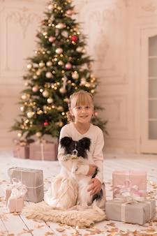 Санта подарил девушке собаку на рождество. рождественская сказка. счастливое детство. первый питомец.