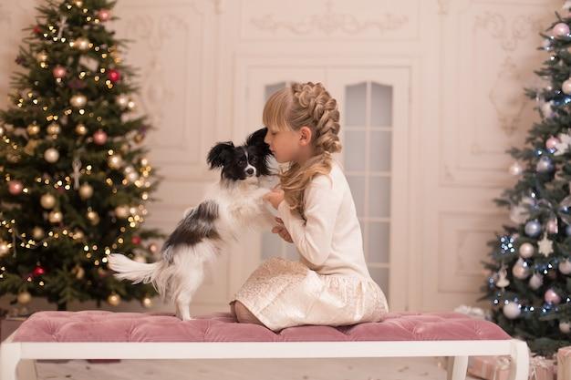 サンタは女の子にクリスマスに犬をあげました。クリスマスの物語。幸せな子供時代。最初のペット。