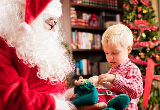 Di santa consegna un bambino una bambola