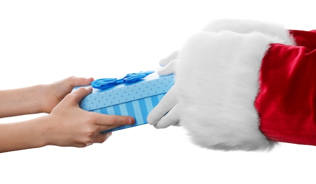 Санта руки дают подарок ребенку, изолированные на белом