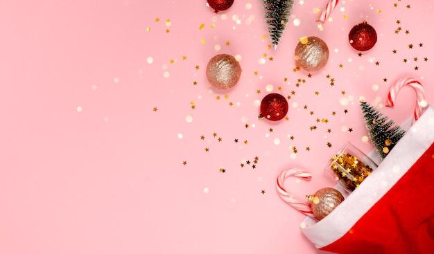 サンタの帽子とクリスマスの装飾毛皮の木とボケのライト上部の水平方向のビューのコピースペース