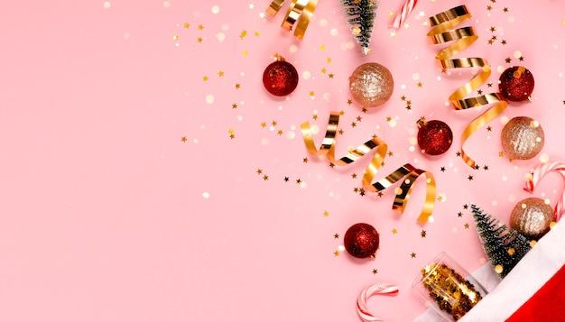 Шапка санта-клауса и рождественские украшения меховая елка и огни боке горизонтальный вид сверху copyspace