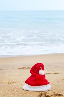 모래 해변에 산타 모자