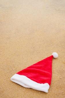 모래 바다에 산타 모자입니다. 크리스마스 컨셉