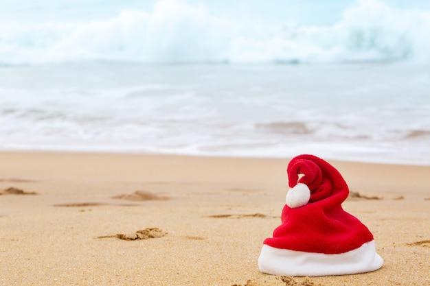 모래 바다에 산타 모자