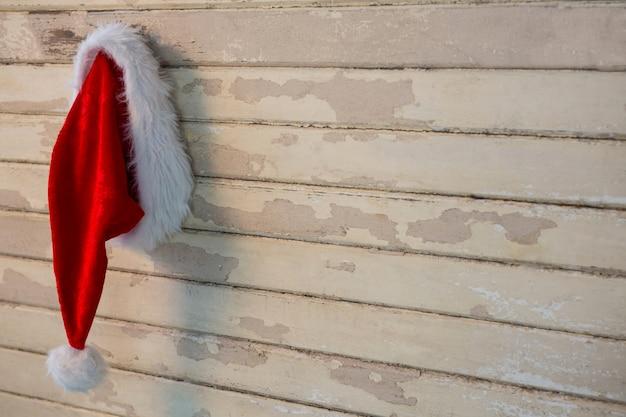 木の板にサンタの帽子