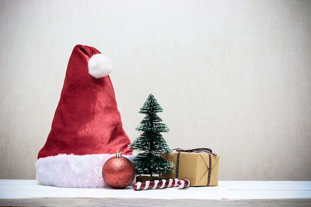 木製のテーブルにクリスマスの装飾が施されたサンタ帽子