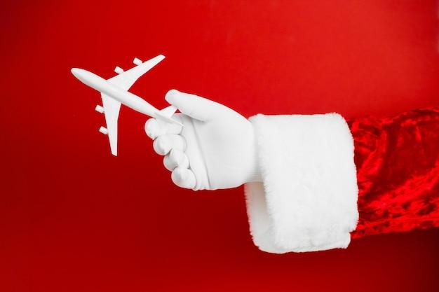 레드에 장난감 비행기를 들고 산타
