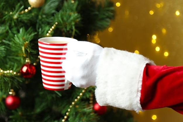 흐린 된 빛에 그의 손에 찻잔을 들고 산타