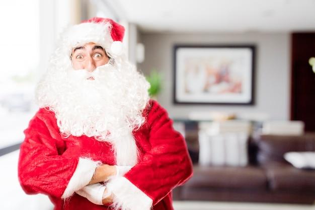 Санта в доме с широко открытыми глазами