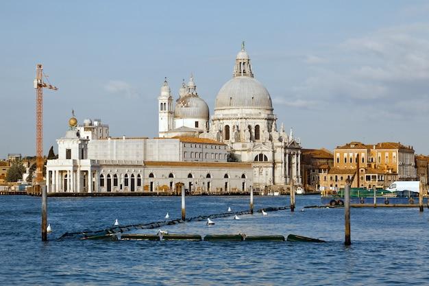 Церковь санта-мария-делла-салюте в венеции в италии