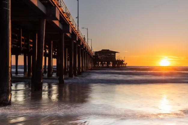 サンタモニカピア、カリフォルニアの海岸からの象徴的なビュー