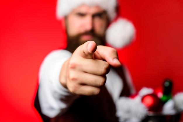 산타는 카메라를 가리킵니다 수염 난 남자는 카메라를 가리킵니다 산타 복장을 한 웃는 남자는 카메라를 가리킵니다