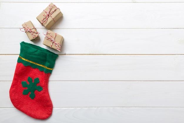 空のスペースで色の背景にサンタの赤い靴下の上面図。クリスマスの背景。