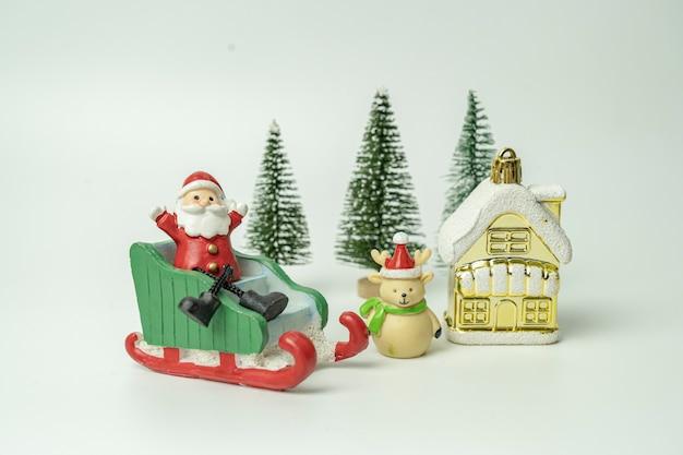 산타는 썰매에 앉아 행복의 축제를 기다리며 선물이 떨어졌습니다.