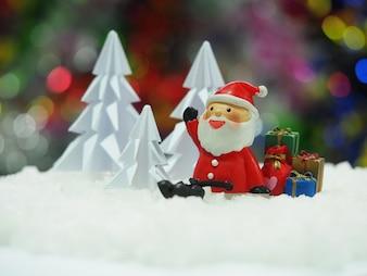 Санта, сидя перед красной новогодней елкой в ожидании Рождества