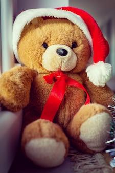 Санта-плюшевый медведь дома в ожидании рождества