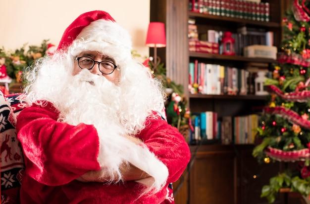 Santa con le braccia incrociate