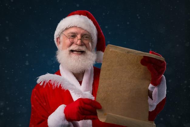 Санта со списком пожеланий