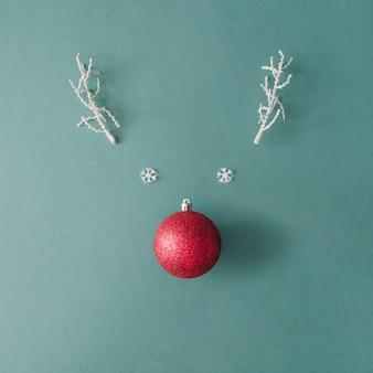 크리스마스 값싼 물건 장식과 하얀 눈 덮인 겨울 가지로 만든 산타 순록. 최소한의 평면 누워 크리스마스 개념.