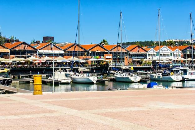 サントアマロは、ポルトガル、リスボンの4月25日橋に停泊します。