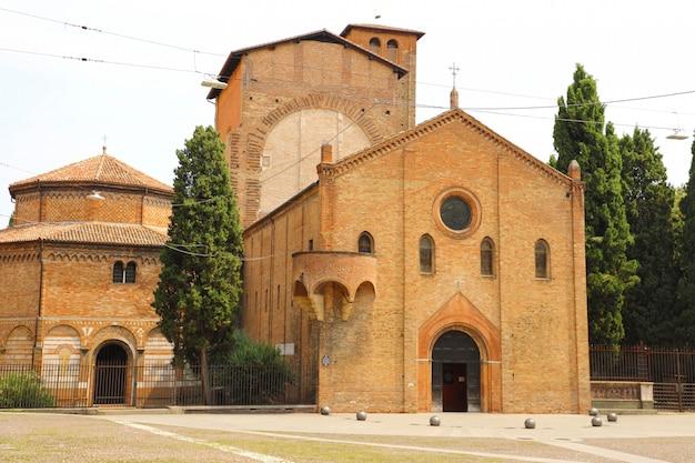 イタリアのボローニャ古い中世都市のサントステファノ大聖堂