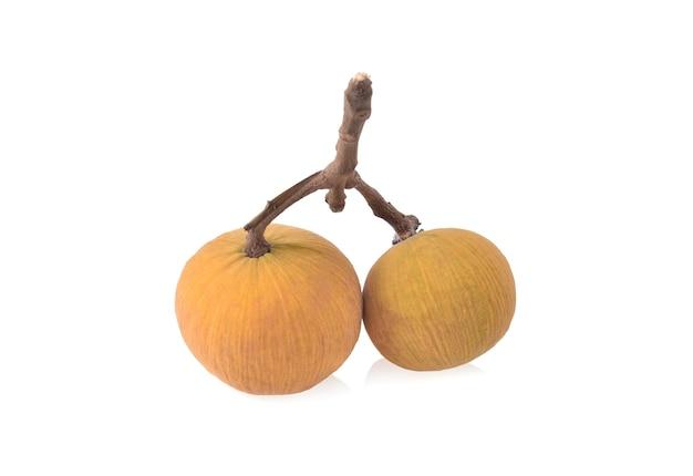 흰색 배경에 고립 된 산톨 과일
