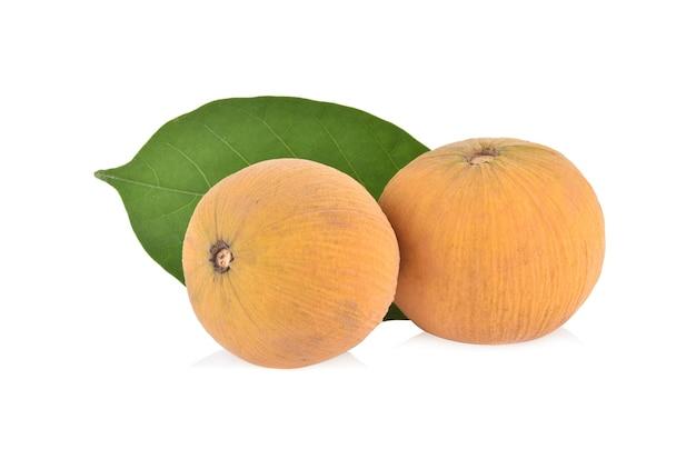 Плоды сантола, изолированные на белом фоне.