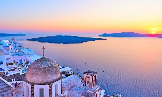 Санторини и эгейское море на закате, город тира, греция. пейзаж с пространством для вашего собственного текста