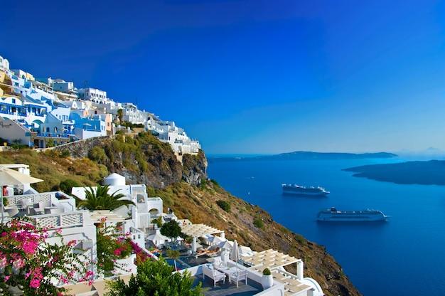 Остров санторини, потрясающий вид на кальдеру и круизные лайнеры. греция путешествия