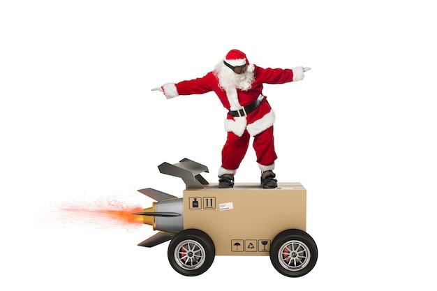 Sants claus와 바퀴가 달린 로켓과 같은 패키지 서비스 상자의 초고속 배송.