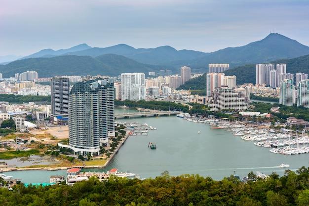 中国、三亜-2020年1月19日:中国、海南島、三亜市の街の美しいパノラマビュー。