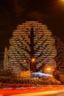 싼야, 중국 - 2020년 1월 19일: 연례 대회가 열리는 야간 멀티 컬러 조명 7성급 호텔 sanya beauty crown - miss of the world. 집 나무는 세계에서 가장 큰 호텔입니다.