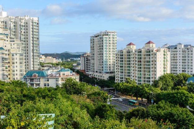Санья, хайнань, китай - 20 февраля 2020 г .: прекрасный панорамный вид с воздуха на город санья из парка лухуэйтоу. остров хайнань, китай.